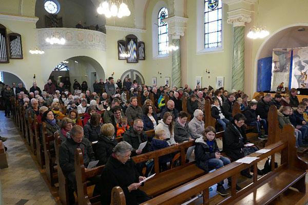 Blick in die gut besetzte Kirche