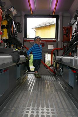 Oskar erkundet das hochmoderne Löschfahrzeug der Feuerwehr
