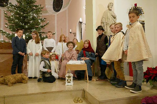 Könige, Hirten, die hl. Familie, Engel und Erzähler (v.r.)