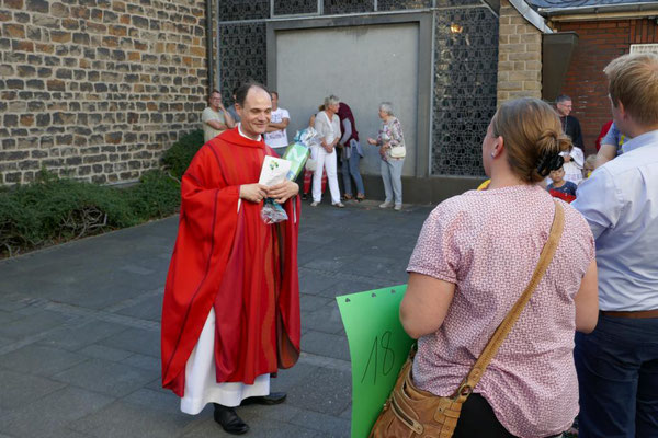 Pfarrer Holger Schmitz bedankt sich bei den Kindergartenkindern