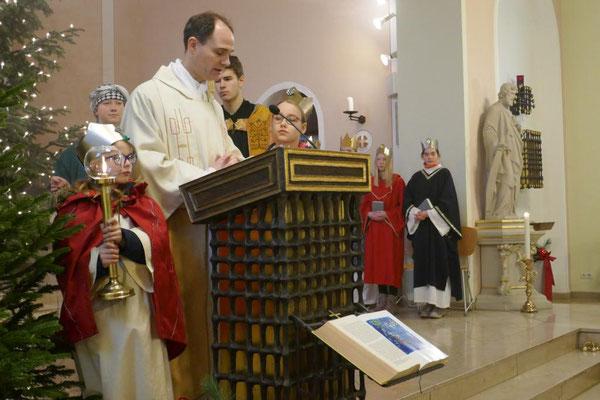 Pfarrer Schmitz verkündet das Evangelium