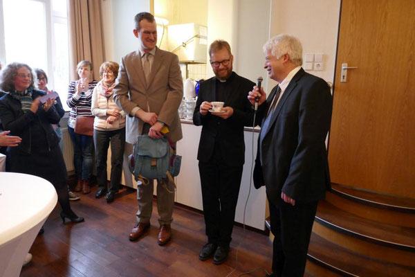 Stellv. Pfarrer Wieland Schmidt (r.) und Pastoralreferent Bernd Fallbrügge (l.) danken für große Kollegialität im Team