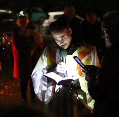 Pfarrer Schmitz während der Tiersegnung