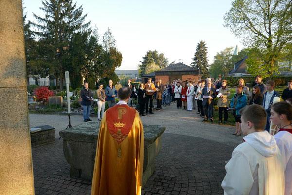 Pfr. Holger Schmitz begrüßt die Gläubigen auf dem Friedhof