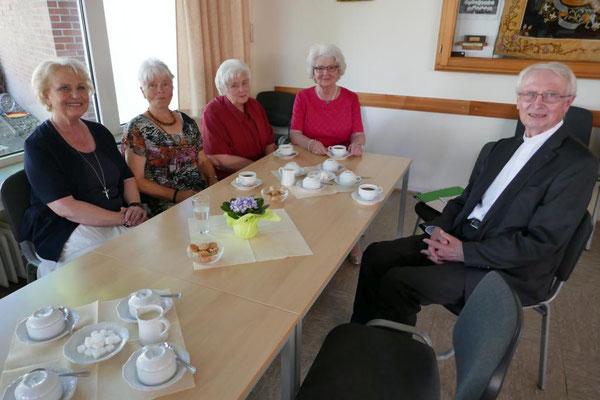 Em. Weihbischof Franz Vorrath im Gespräch mit Herbeder Frauen