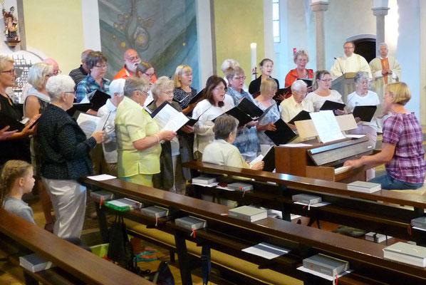 In der Messfeier vorher: Der Kirchenchor