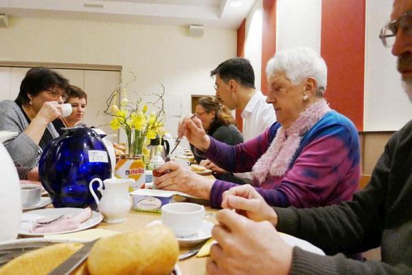 Beim Frühstück im Gemeindeheim