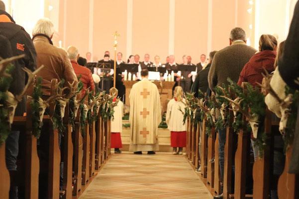 Blick durch den Mittelgang unserer Kirche
