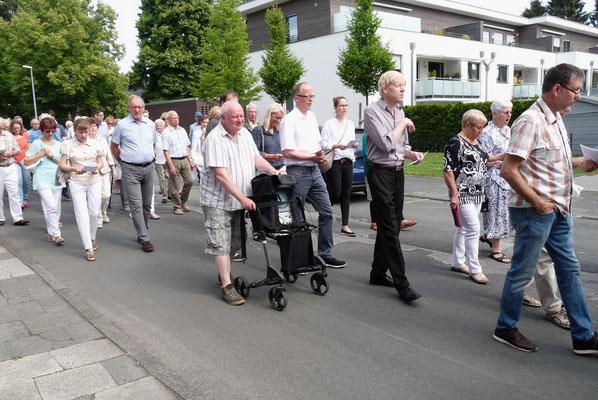 Mit Gesang durch die Von-Galen-Strasse