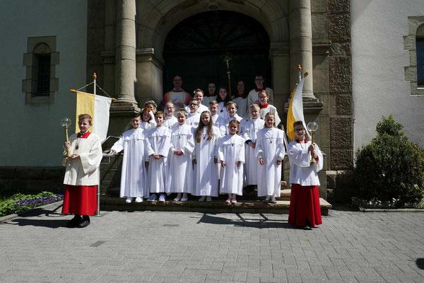 Gruppenfoto im Anschluss an die Erstkommunionfeier