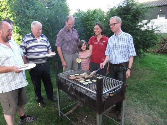 Beim Grillen in Pastors Garten 2012