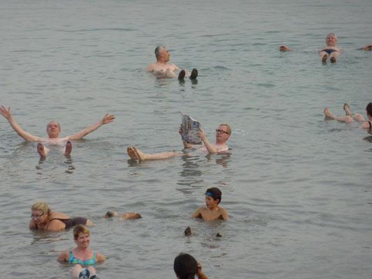 Israel-Pilgerreise - Zeitungslektüre im/auf dem Toten Meer