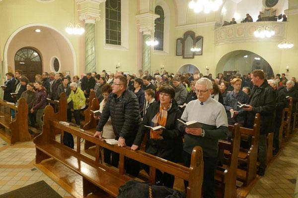 Die Gemeinde am Schluss der Osternachtsmesse
