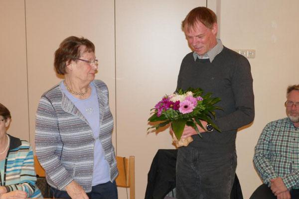 Dr. Waschke bedankt sich bei Cäcilie Lahmer für ihre bisherige Tätigkeit
