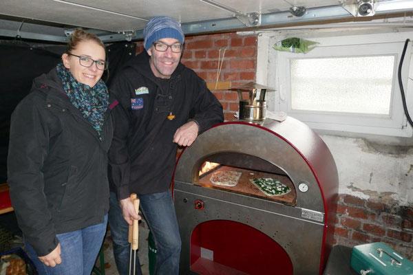Die Pfadfinder-Flammkuchenspezialisten im Ausweichquartier - die zuvor aufgebaute Kote hat der Wind hinweggeweht