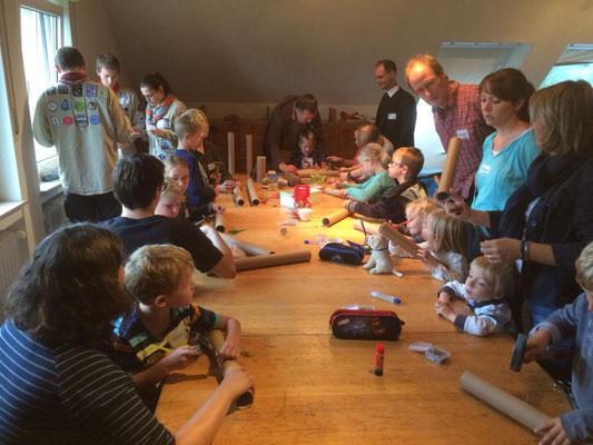 Kinder basteln beim Familientag am 23.09.2018