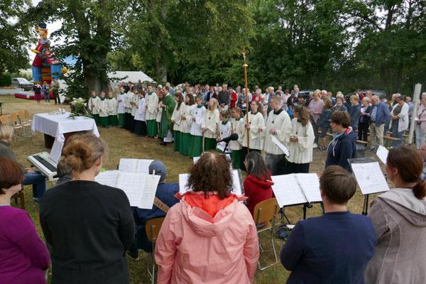 18 Messdiener bei der Festmesse am Gemeindefest 2019
