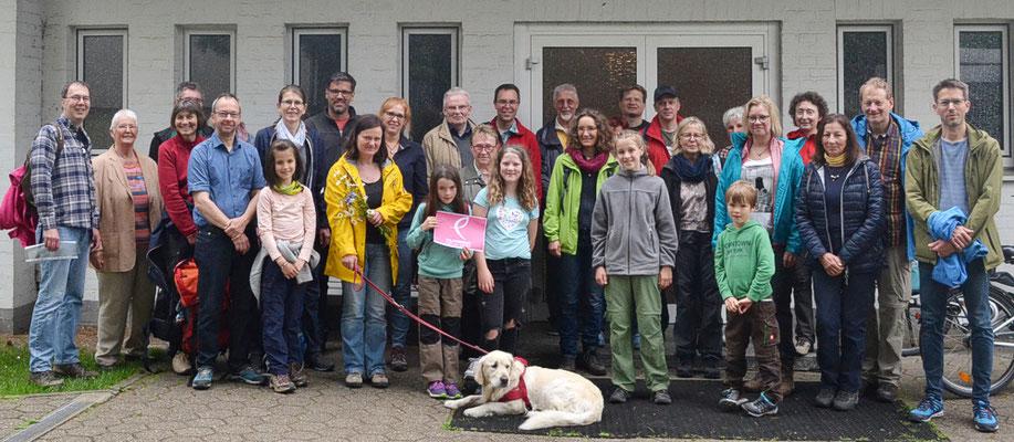 Die Teilnehmer vor dem Gemeindeheim