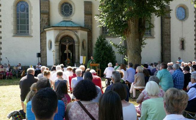 Sonntagsmesse im Freien während des Gemeindefestes 2018