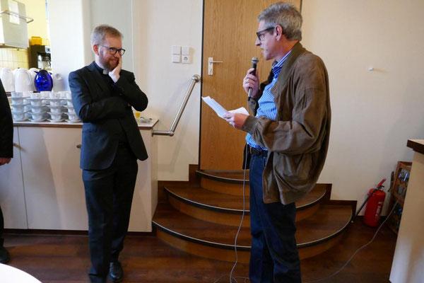 Stellv. Kirchenvorstandmitglied Dr. Bongart wünscht dem scheidenden Pfarrer alles Gute