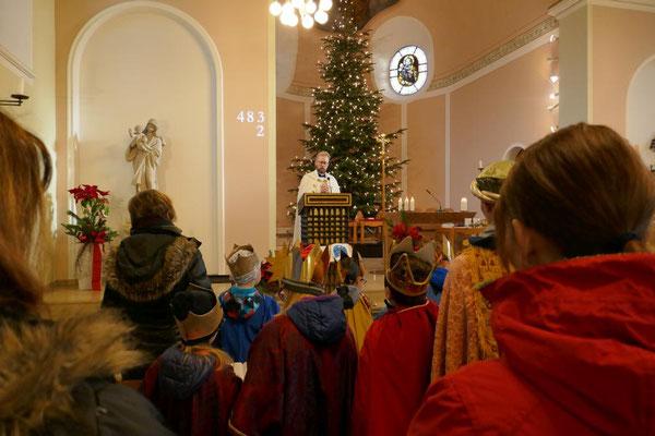 Pfarrer Burkhard Schmelz liest das Tagesevangelium mit dem Auftritt der hl. drei Könige vor