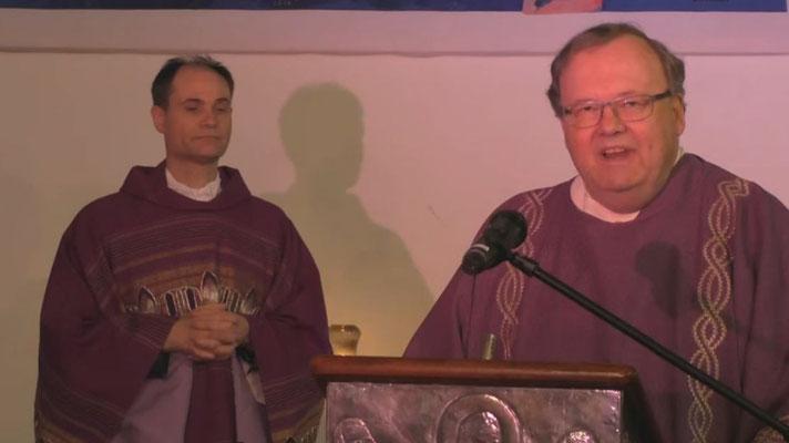 Pfarrer Holger Schmitz und Diakon Thomas Becker am Altar