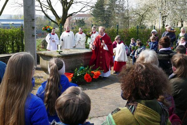 Pastor Hesse segnet die Palmstöcke