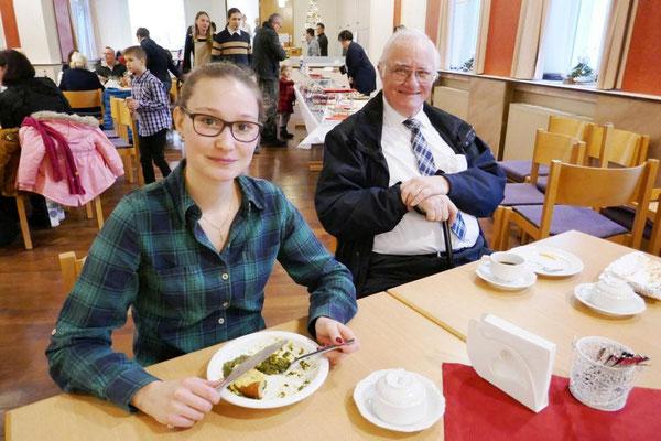 Zufriedene Gäste, jung und älter