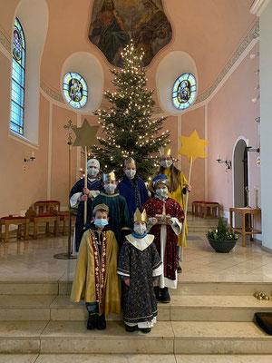 In der Kirche unter dem Weihnachtsbaum