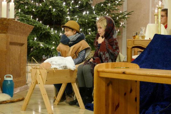 Maria und Josef beim Kind in der Krippe sehen, wie die Hirten kommen