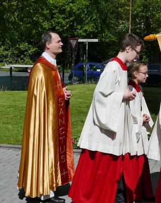 Pfarrer Holger Schmitz und Messdiener
