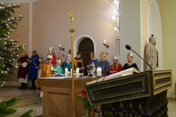 Sternsinger als Messdiener im Altarraum