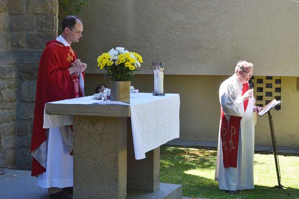 Messfeier am Außenaltar mit Pfarrer Schmitz und Diakon Becker