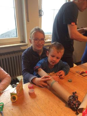 Große Schwester hilft kleinerem Bruder