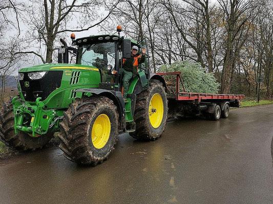 Freudiger Gruß vom Traktor aus
