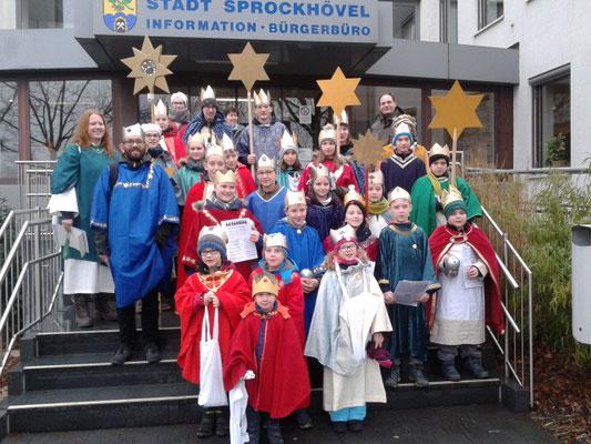 Unsere Sternsinger am 04.01.2019 auf der Rathaustreppe