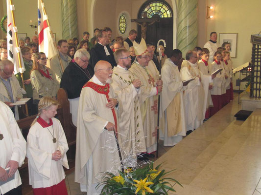 Einzug zum Pontifikalamt am 30.10.2016 zum 100-jährigen Kirchweihfest St. Josef