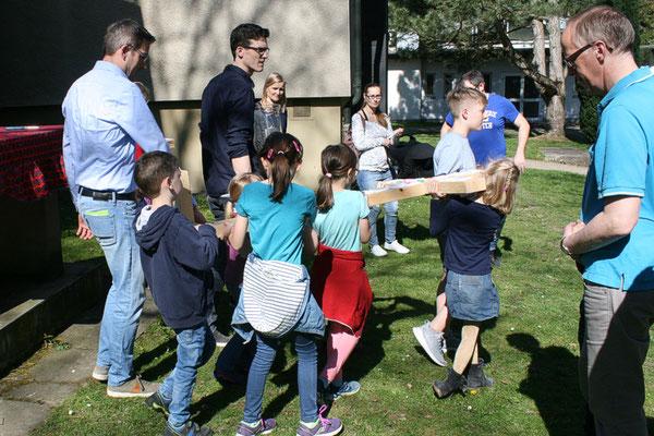 Karfreitag: Kinder tragen das Kreuz