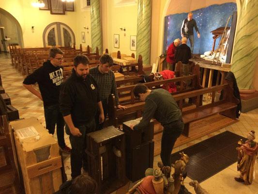 Pfadfinder bereiten die Kisten zum Verstauen der Figuren vor