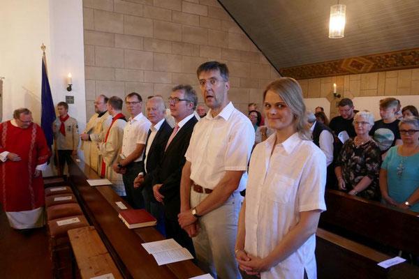 Gemeinde beim Festgottesdienst, u. a. mit Bürgermeister Ulli Winkelmann (1. Reihe Mitte)