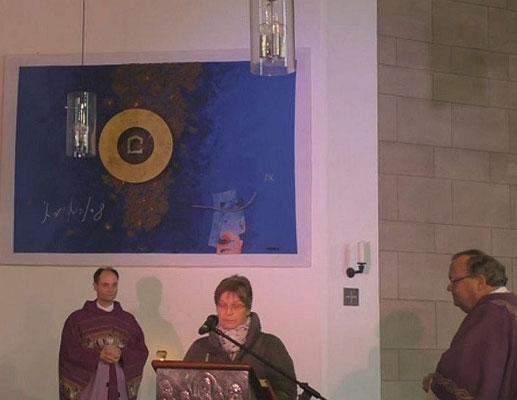 Gemeindereferentin Angela Hoppe (Mitte) betet die Fürbitten