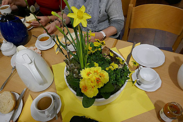Herrlicher Blumenschmuck auf dem Frühstückstisch