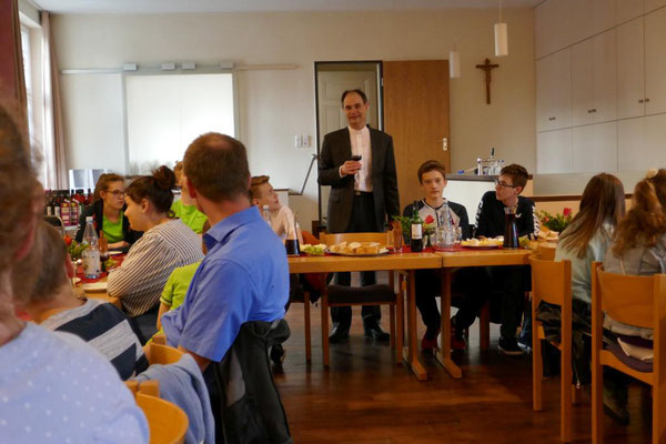 Pfarrer Holger Schmitz begrüßt die Anwesenden