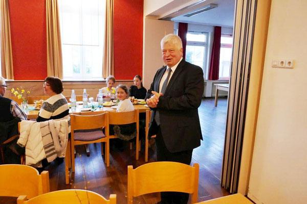 Pfarradministrator Wieland Schmidt heißt die Gäste im Gemeindeheim herzlich willkommen