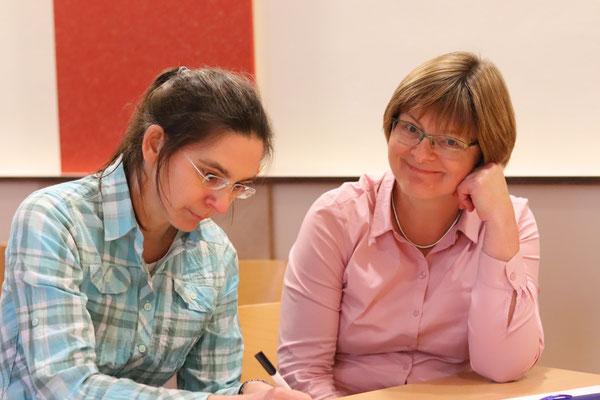 Die frisch gewählte Kassenwartin Claudia Schneider (r.) neben ihrer Schwester