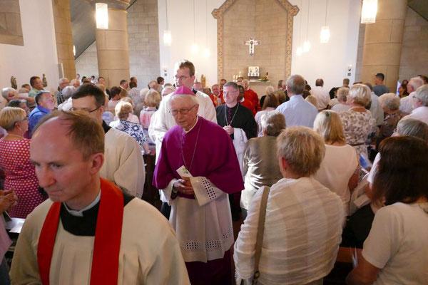 Auszug aus der Kirche mit em. Weihbischof Franz Vorrath