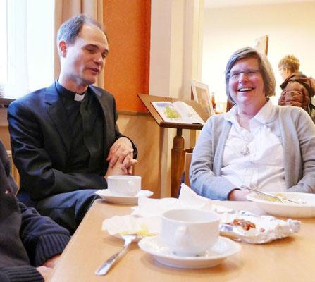 Pfarrer Holger Schmitz und unsere frühere Gemeindereferentin Mechthild Börger im Gespräch