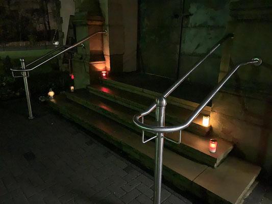 Auf der Treppe zum Eingang in die Kirche