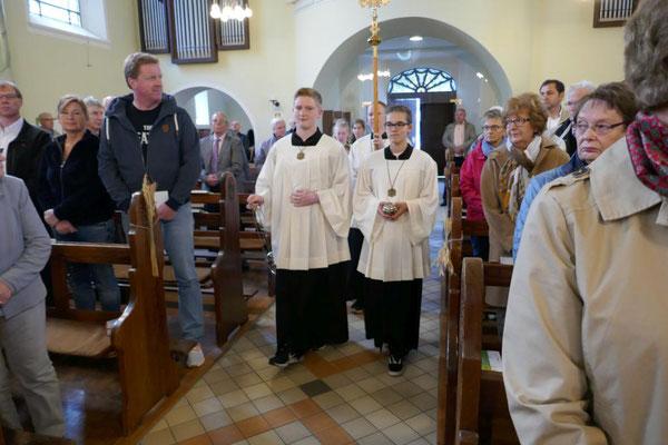 Messdiener beim Einzug in die Kirche