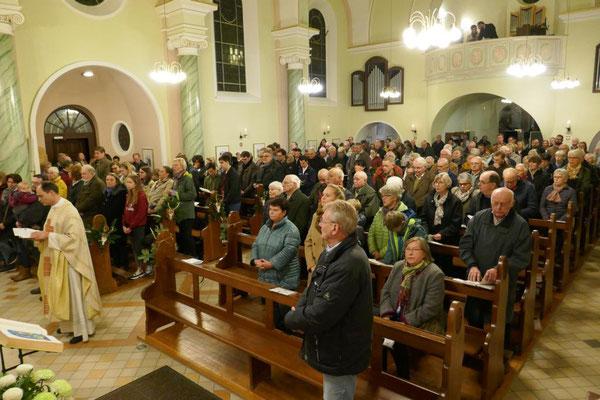Blick in die voll besetzte Kirche
